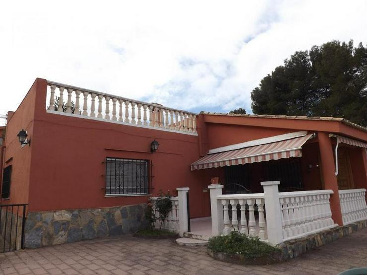 Bild 1: Heimeliges Landhaus mit Pool