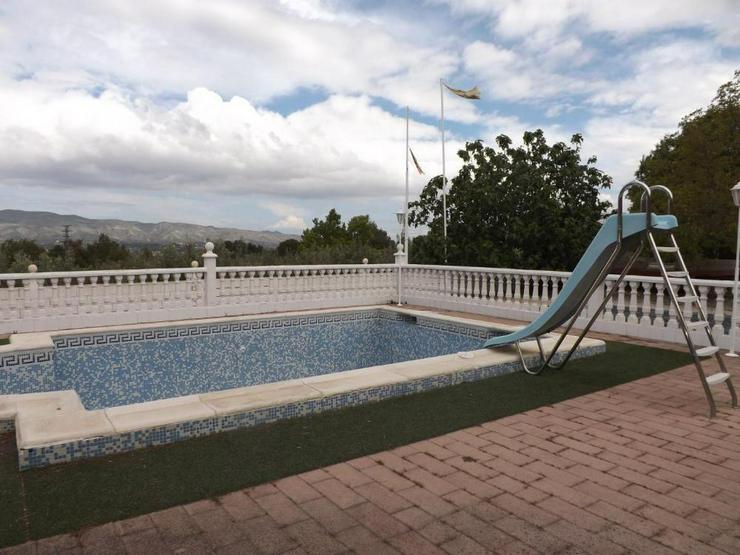 Bild 7: Heimeliges Landhaus mit Pool