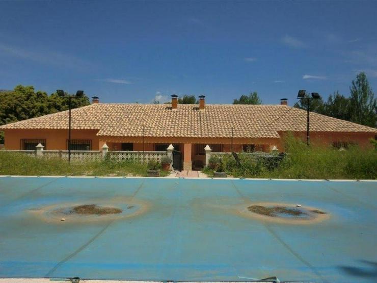 Bild 2: Große Villa