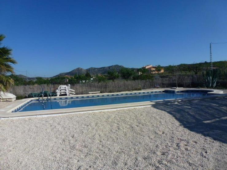 Bild 5: Schöne Villa mit Pool und Ausblick auf die Berge