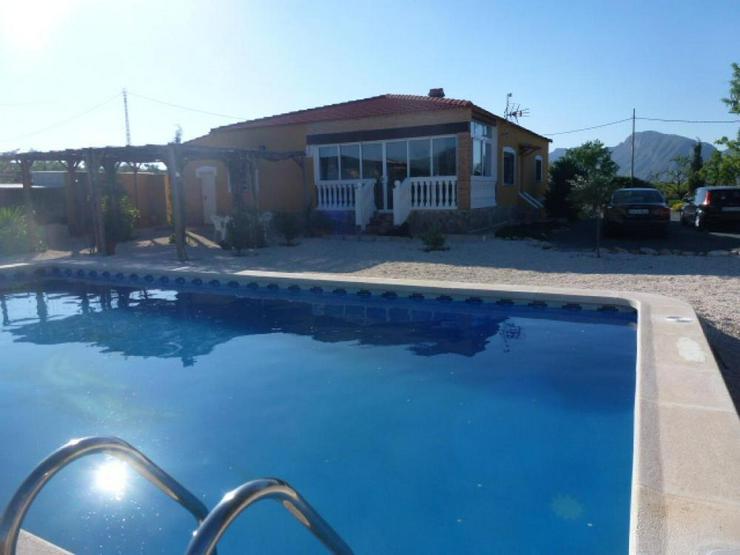 Schöne Villa mit Pool und Ausblick auf die Berge - Haus kaufen - Bild 1