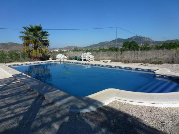 Bild 2: Schöne Villa mit Pool und Ausblick auf die Berge