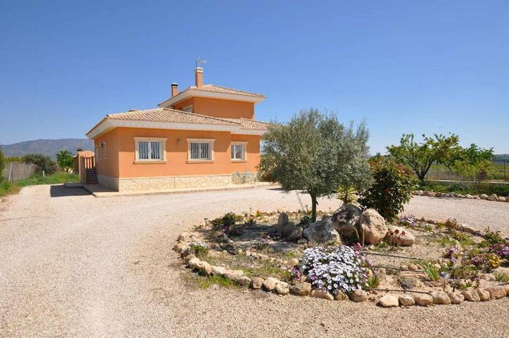 Bild 4: Große, ländlich wirkende, doch Ortsnahe Villa