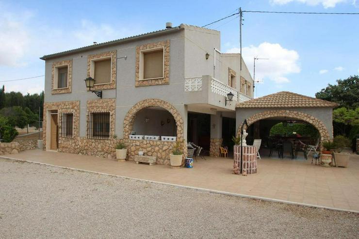 Großes Landhaus mit schön angelegtem Grundstück - Haus kaufen - Bild 1