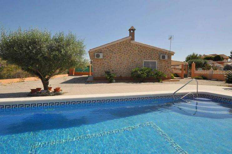 Bild 6: Landhaus mit Pool