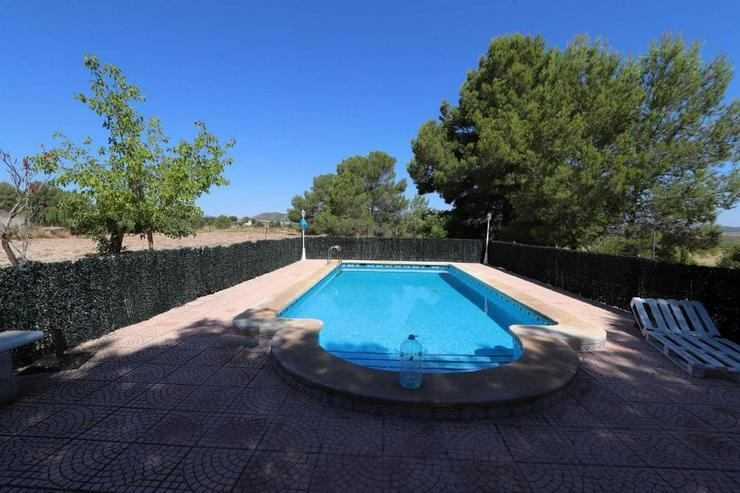Bild 2: Großes Landhaus mit Pool