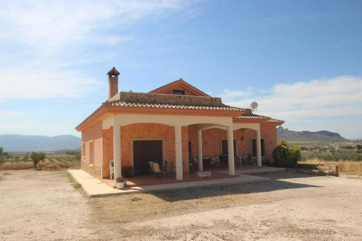 Bild 4: Diese Villa thront über den Dächern von Sax