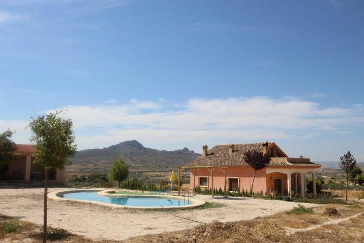 Bild 6: Diese Villa thront über den Dächern von Sax