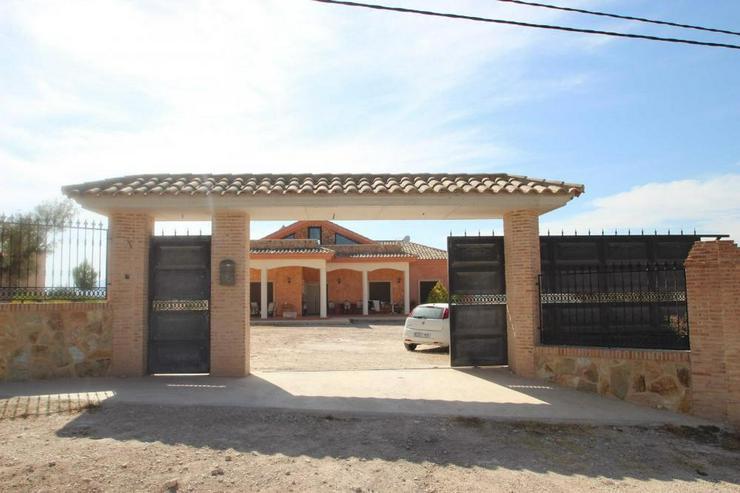 Diese Villa thront über den Dächern von Sax - Haus kaufen - Bild 1