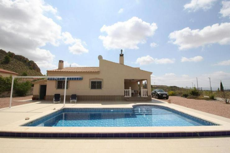 Bild 5: Landhaus mit Pool in kleinem Vorort