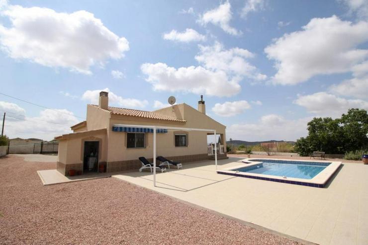 Landhaus mit Pool in kleinem Vorort - Haus kaufen - Bild 1