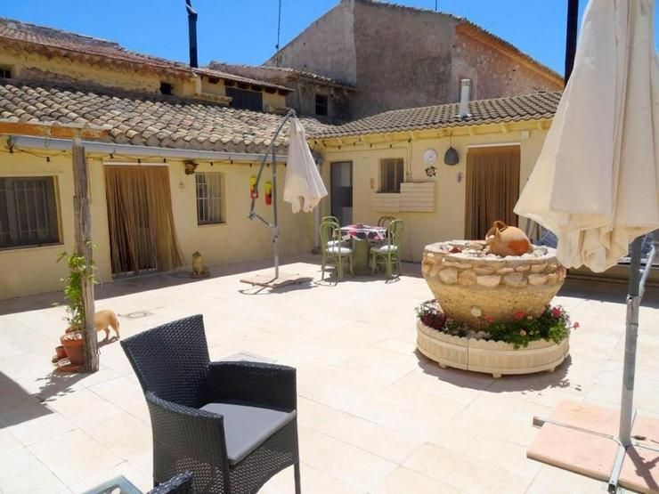 Bild 2: Dorfhaus mit schönem Innenhof