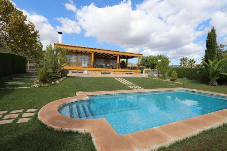 Spektakuläres Landhaus mit Pool und eigenem Weinberg