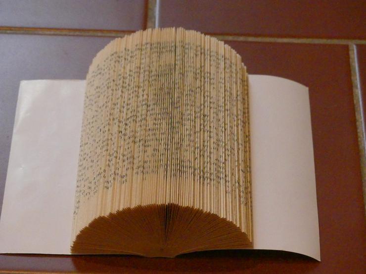 Bild 4: Buch als Deko (Erlös an Kinderhilfswerk)