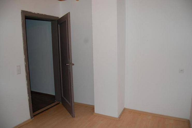 Bild 3: Tolle DG-Wohnung mit offener Küche, EBK und interessanten Details - Prov.-Frei!