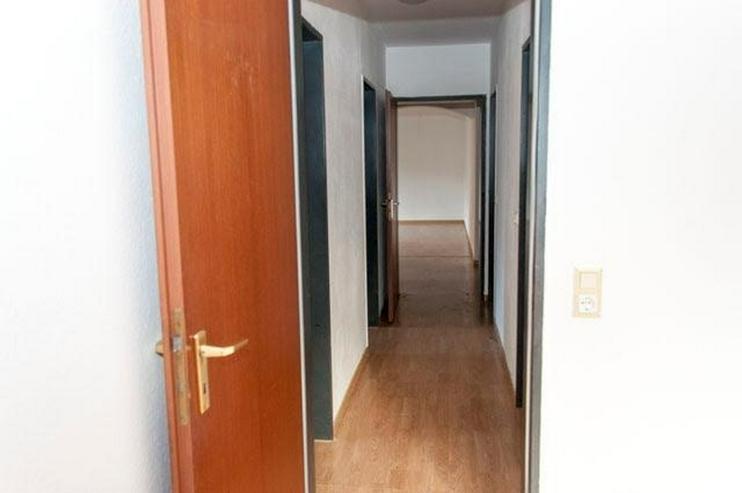 Bild 5: 4 Zimmer, Bad, Gäste-WC, Terrasse, Gartenanteil, Aussenstellplatz und solide vermietet.