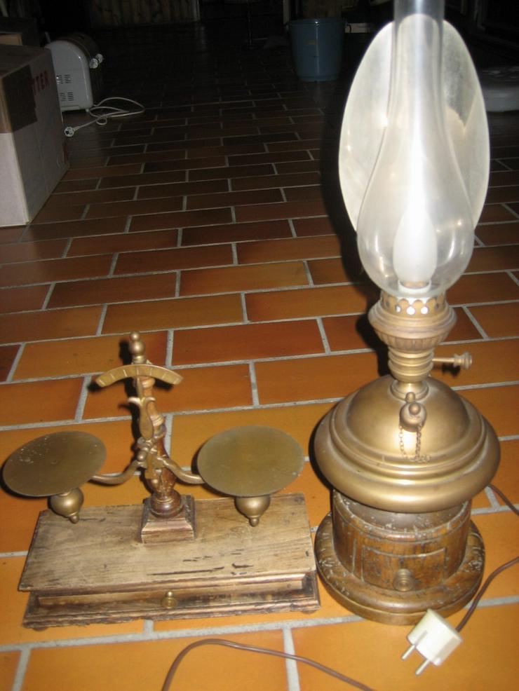 Briefwaage und Lampe