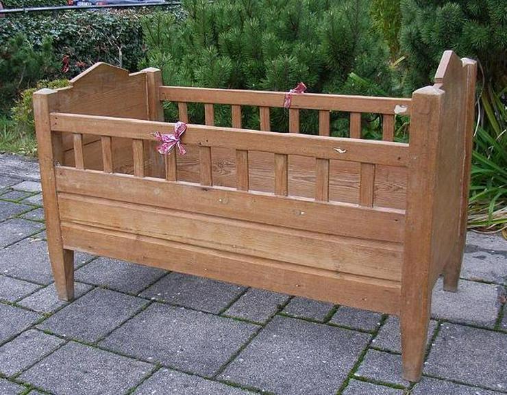 Schönes altes Kinderbett (auch zur Deko geeignet)