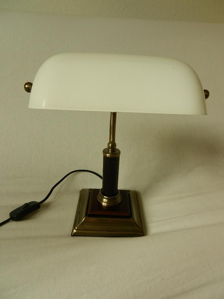 Schöne kleine Tischlampe mit weißem Glasschirm