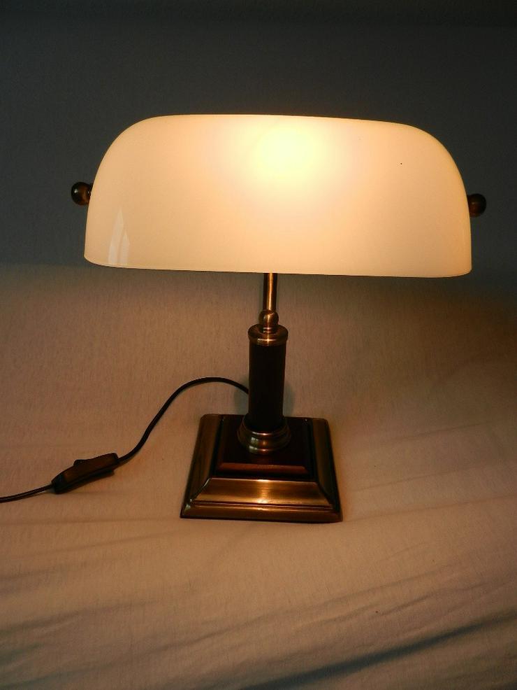 Bild 2: Schöne kleine Tischlampe mit weißem Glasschirm