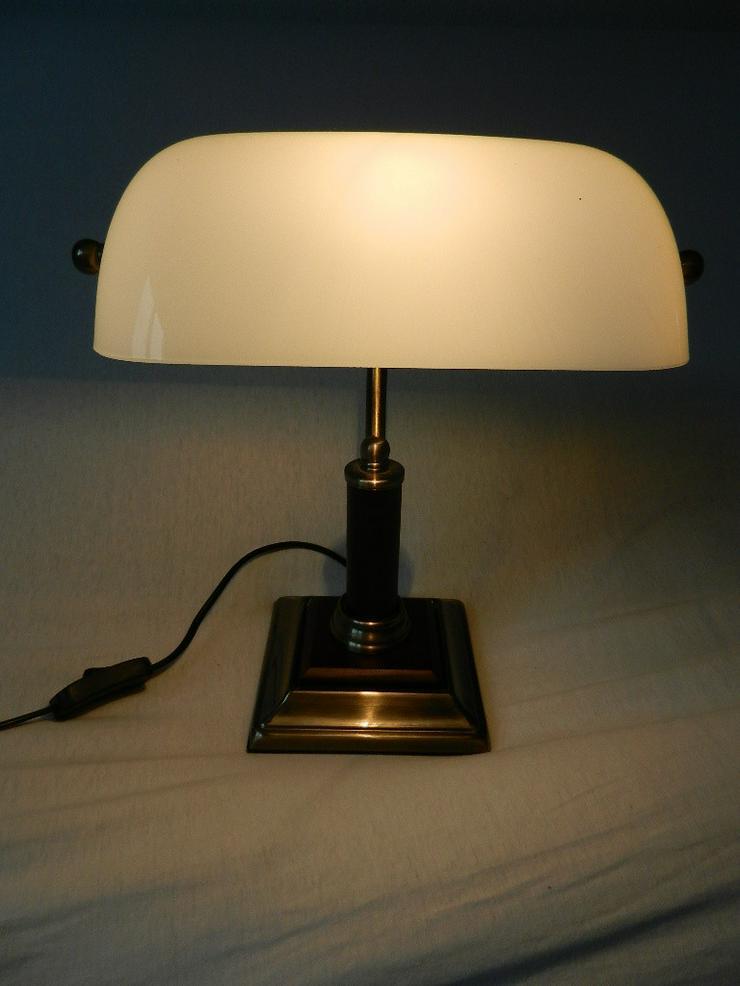 Bild 4: Schöne kleine Tischlampe mit weißem Glasschirm