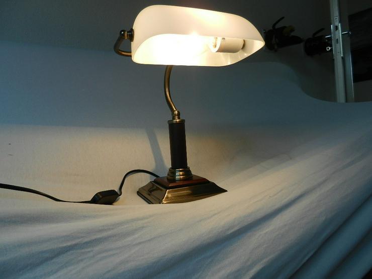 Bild 5: Schöne kleine Tischlampe mit weißem Glasschirm