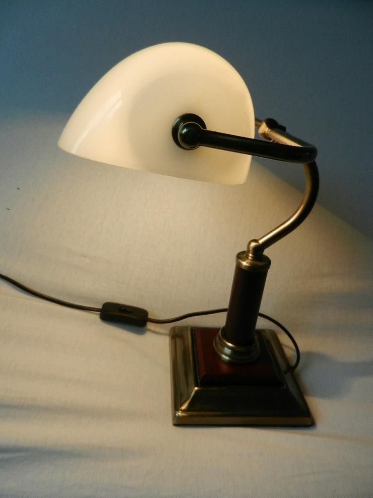 Bild 6: Schöne kleine Tischlampe mit weißem Glasschirm