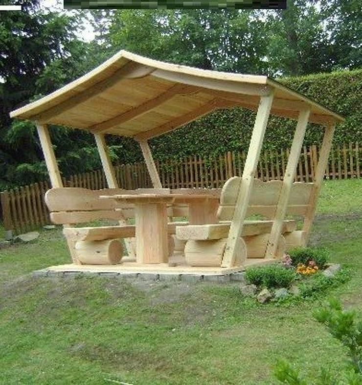 Überdachte Gartenmöbel. Holzmöbel.