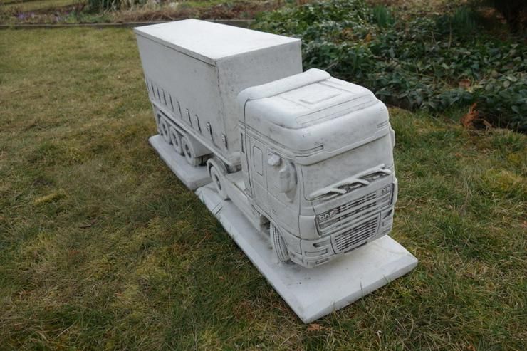 Truck DAF mit Anhänger als Betonfigur