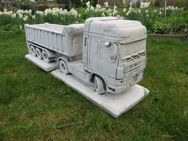 Truck DAF mit offenen Anhänger Betonfigur