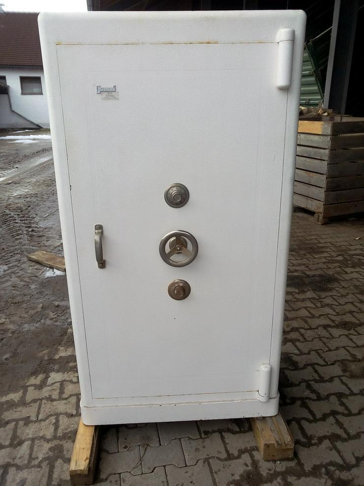 Tresor mit Zahlenschloß und Schlüssel