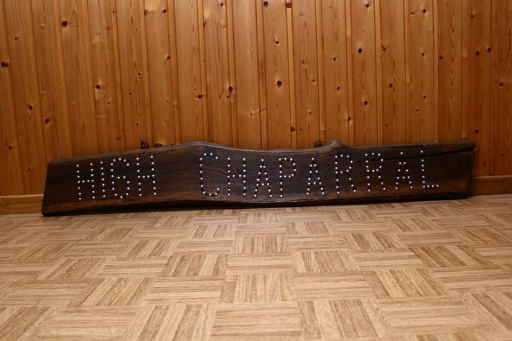 Uriges Holzbrett mit Schriftzug HIGH CHAPARRAL