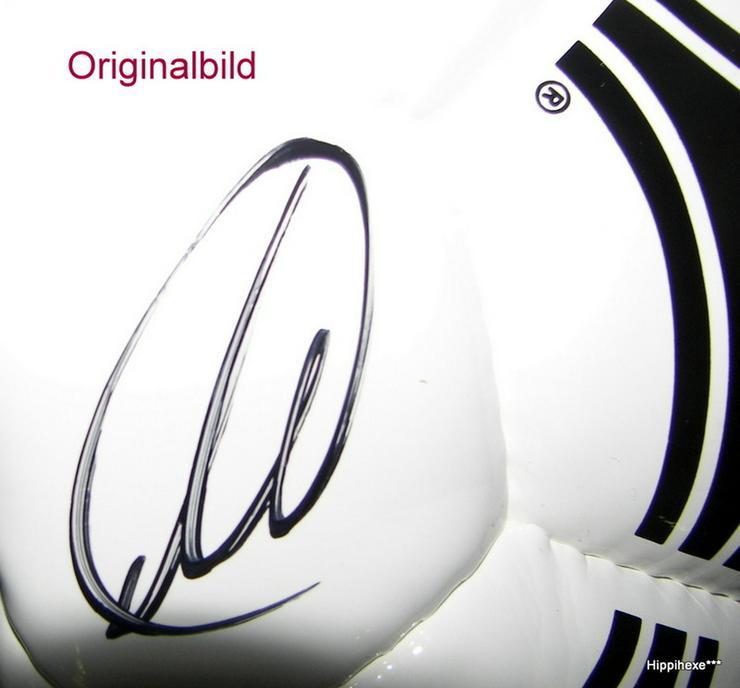 Bild 5: Fußball mit Signatur von Thomas Müller