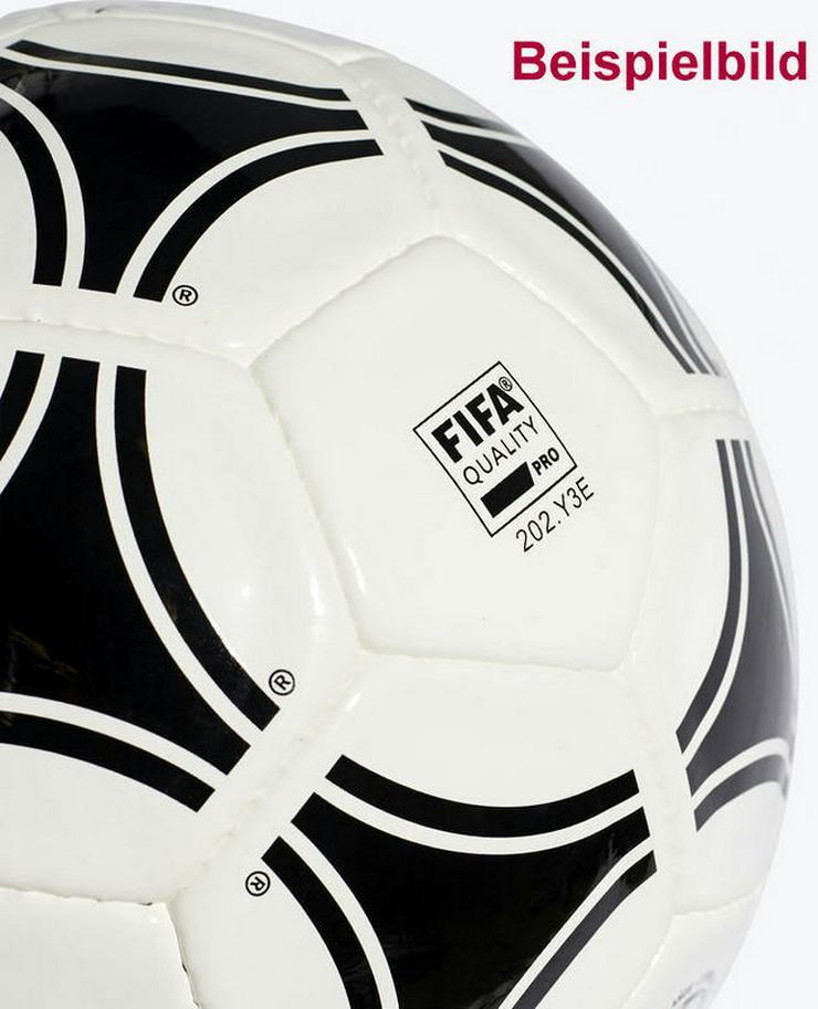 Bild 6: Fußball mit Signatur von Thomas Müller