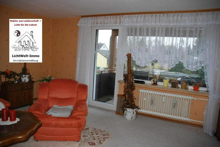 Eine Wohnung wie ein Haus: mit Balkon, Grundstück mit Gartenhäuschen und Garage