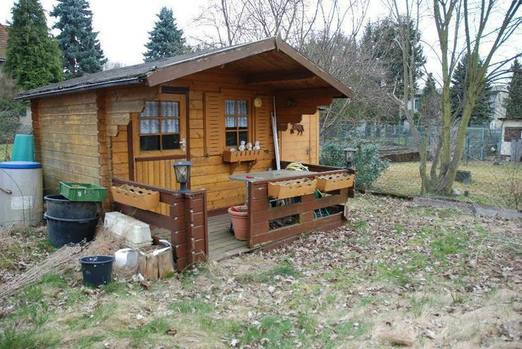 Bild 3: Eine Wohnung wie ein Haus: mit Balkon, Grundstück mit Gartenhäuschen und Garage