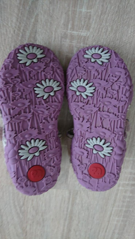 Beige Sandalen mit Schmetterlingen