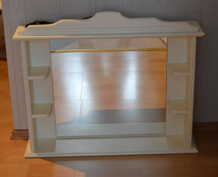 Spiegel und Holz mit Ablagen und LED