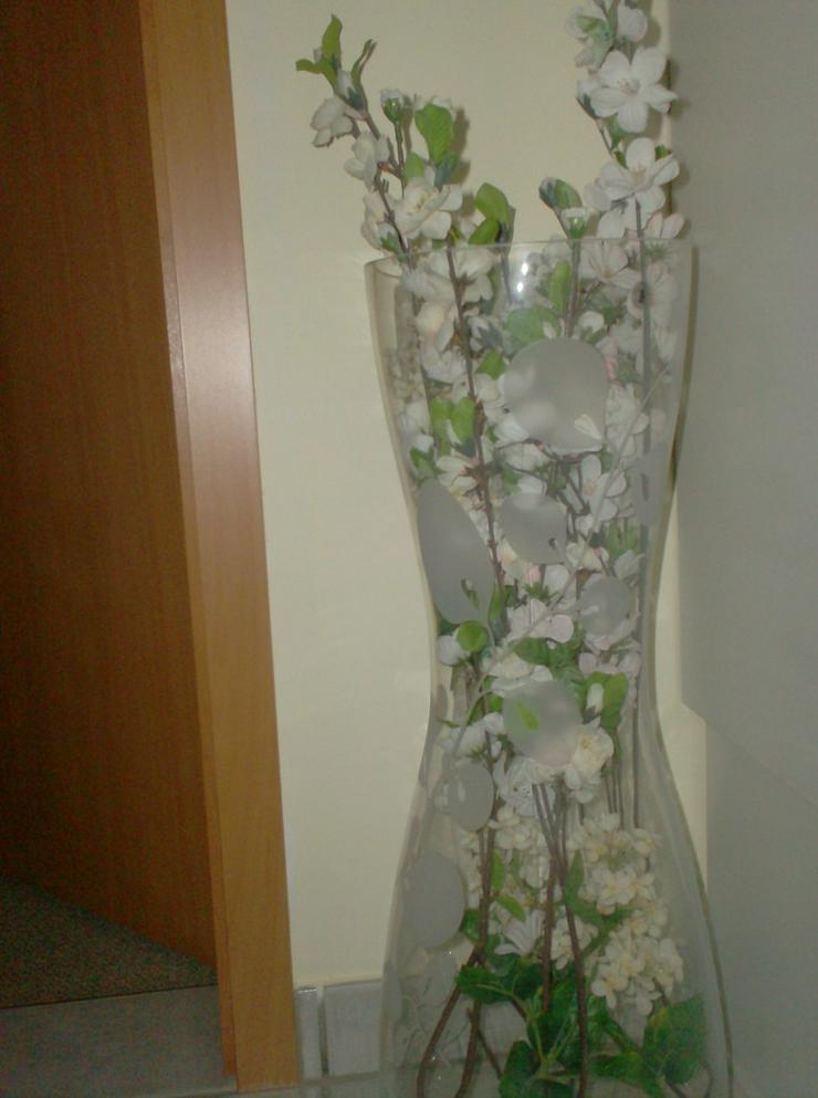Bild 2: große Ikea-Glasvase mit Blumenmuster
