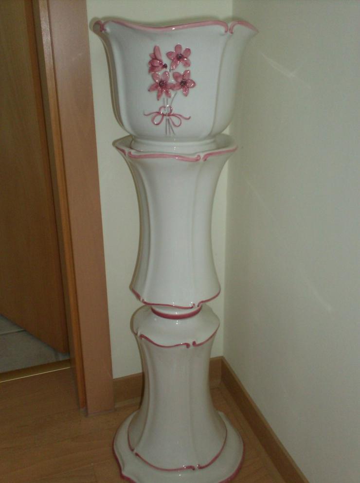 Postament mit passendem Blumentopf