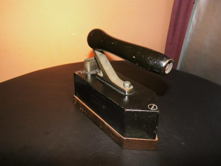 Bild 2: Antikes AEG Bügeleisen Pl. Nr. 22680 / Gusseis