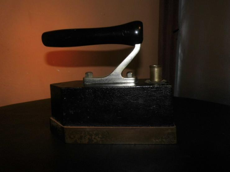 Bild 4: Antikes AEG Bügeleisen Pl. Nr. 22680 / Gusseis