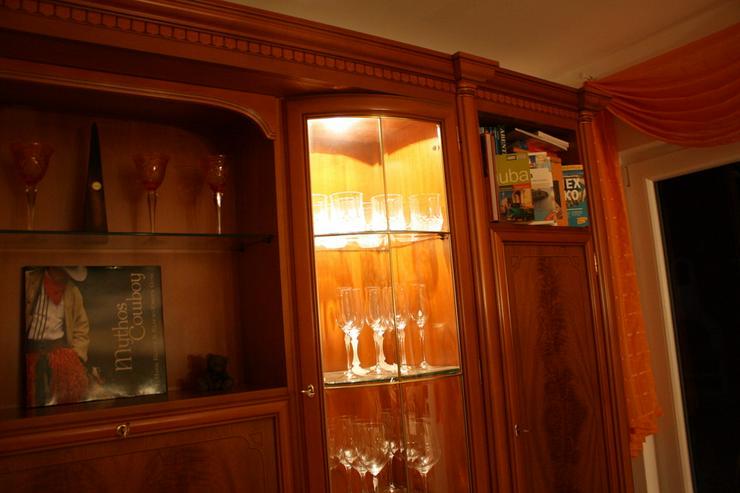 Bild 4: Schrankwand Kirsche mit Beleuchtung