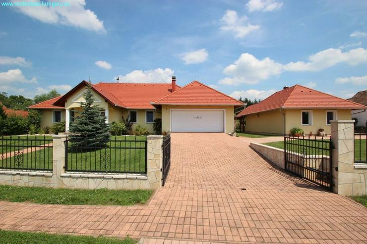 Bild 5: Modernes Wohnhaus mit Badeteich