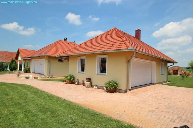 Bild 4: Modernes Wohnhaus mit Badeteich
