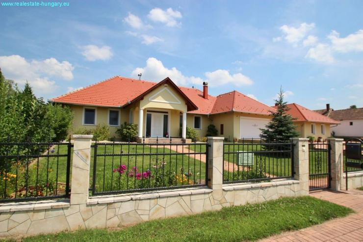 Bild 6: Modernes Wohnhaus mit Badeteich