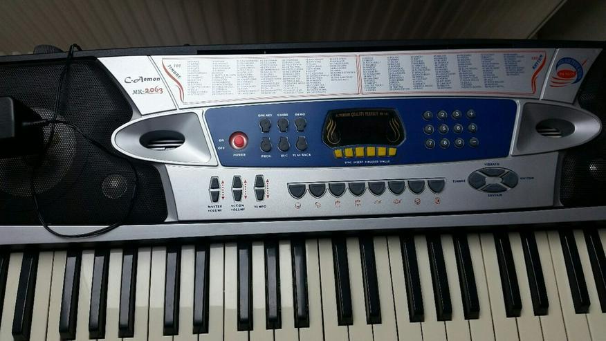 Bild 2: Keyboard C.Aemon MK 2063 mit Ständer