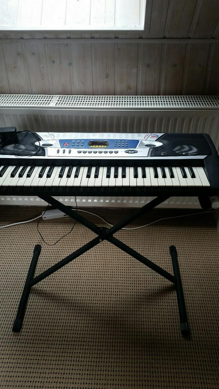 Bild 3: Keyboard C.Aemon MK 2063 mit Ständer