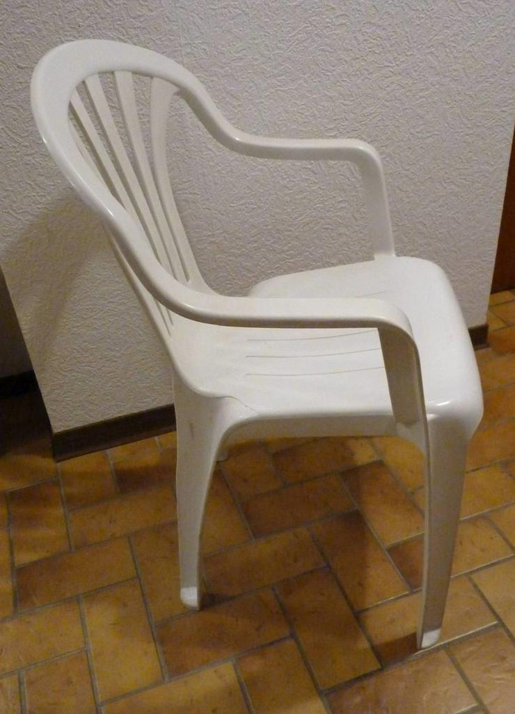 Bild 2: 2 Gartenstühle  mit Armlehnen, Vollkunststoff,