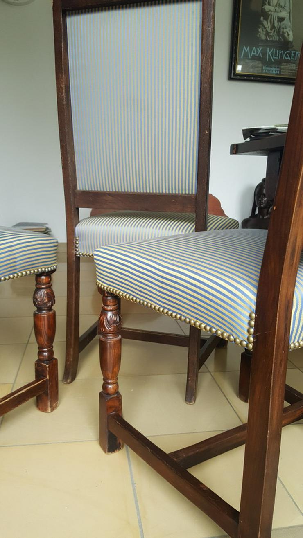 Bild 2: Bauerntisch mit 10 gepolsterten Stühlen